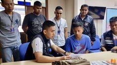 ตำรวจจับพ่อค้านาฬิกาหัวร้อนขู่ทำร้ายต่างชาติ ฉุนโยนสินค้าคืน