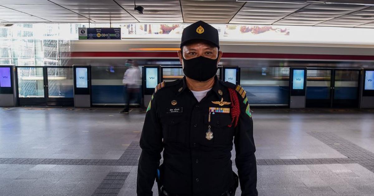 วันแรก! เจ้าหน้าที่เทศกิจ  อำนวยความสะดวก จัดระเบียบผู้ใช้รถไฟฟ้า 17 สถานีหลัก