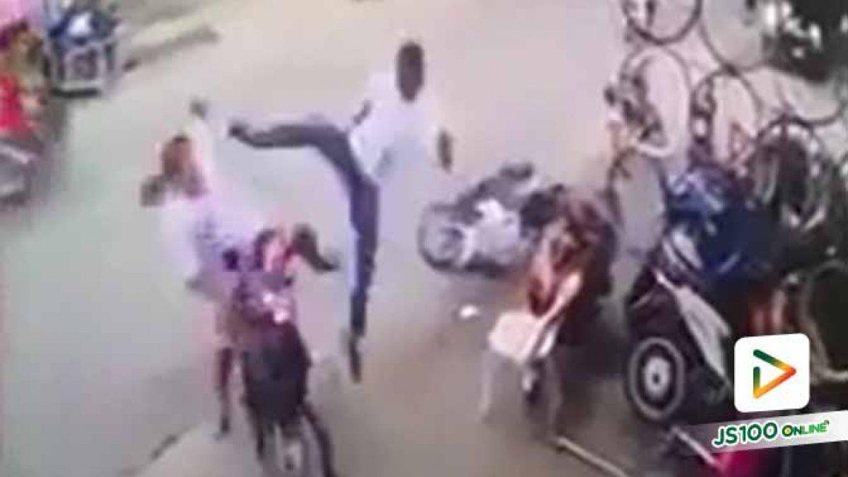 กระโดดถีบหน้า พร้อมยกเก้าอีฟาดต่อหน้าเด็ก หนุ่มโมโหสาวตะโกนทักขี่รถไม่ระวัง (10/10/2562)