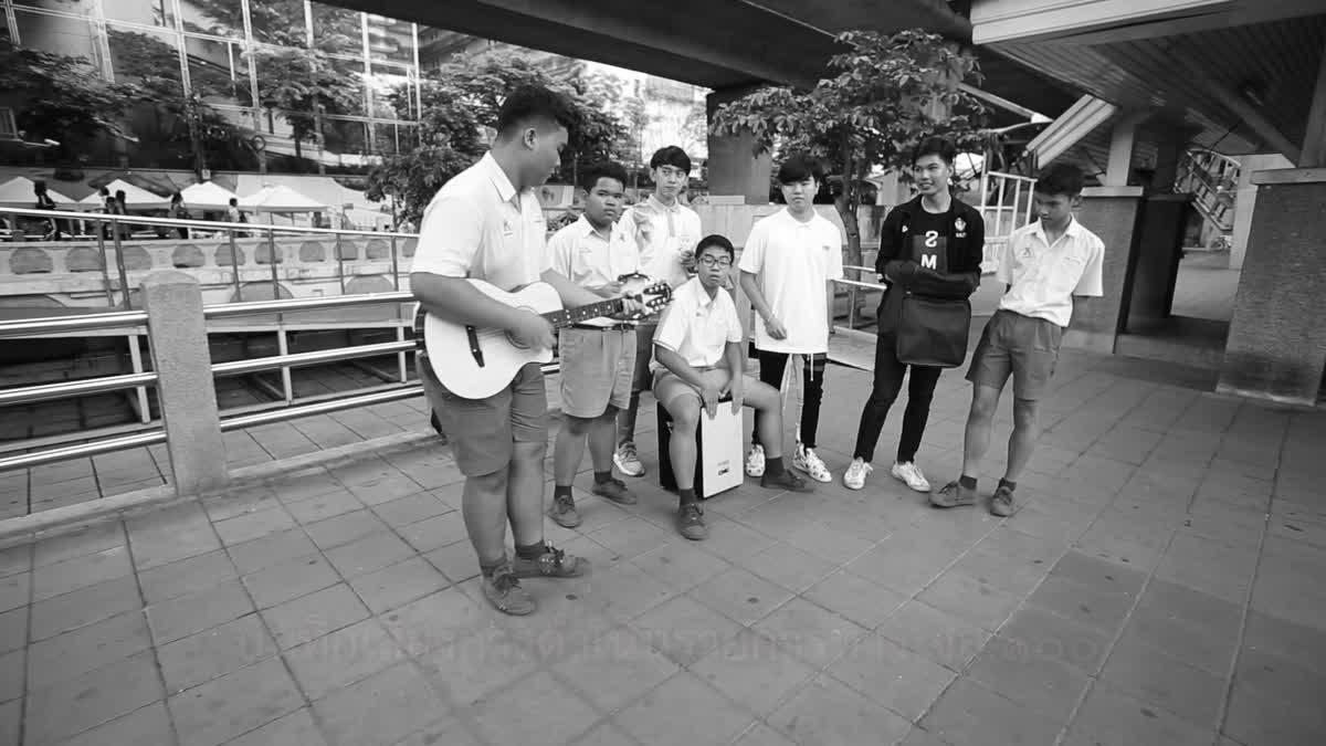 กลุ่มนักเรียนช่วยเหลือและดูแลนักท่องเที่ยวชาวจีน จะกระโดดสะพานสมเด็จพระเจ้าตากสิน