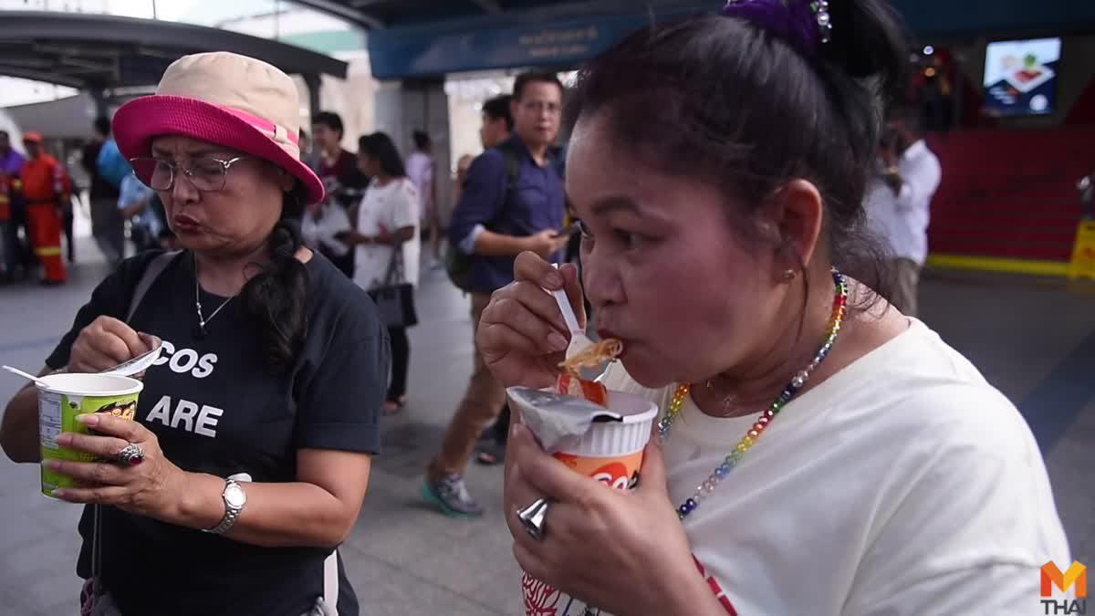 'เพนกวิน' กินบะหมี่โชว์ ซ้อมอดอาหารรอเลือกตั้ง ประชดเศรษฐกิจไทย