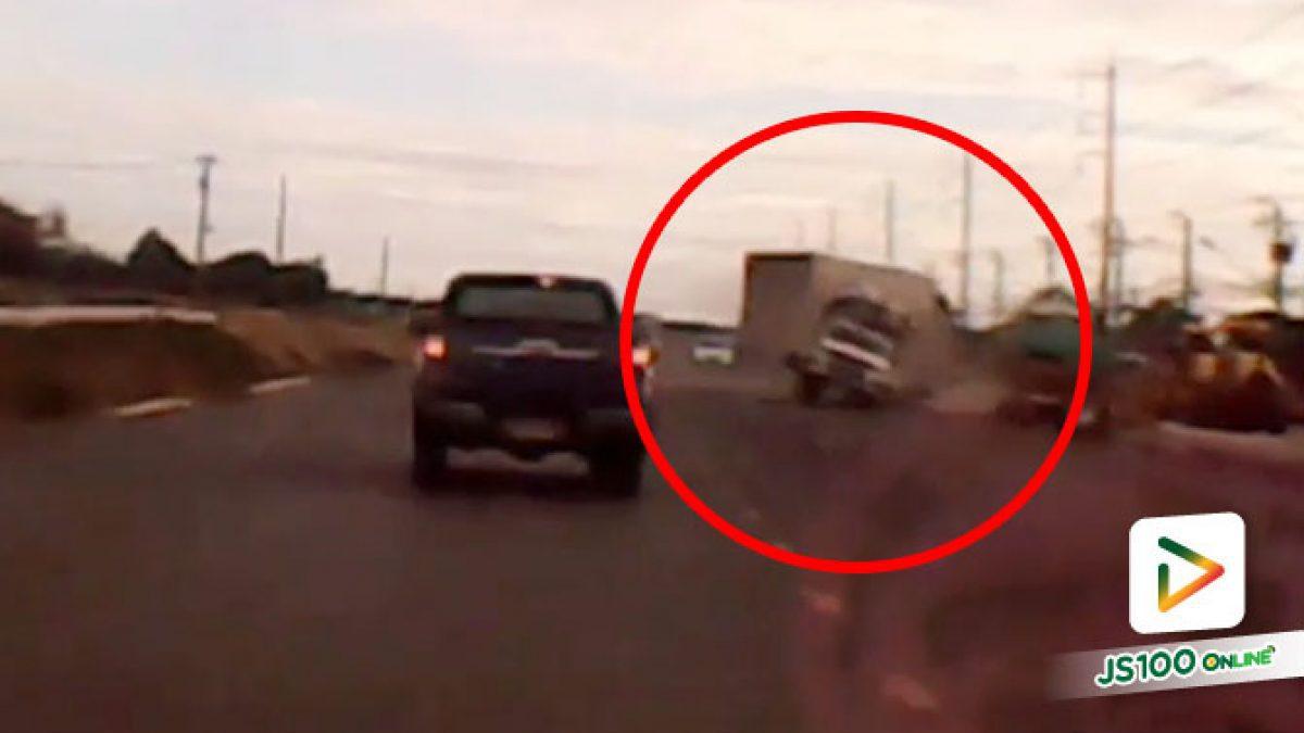 รถบรรทุกเสียหลักข้ามไปชนรถสองแถวรับส่งพนักงานเต็มแรง บาดเจ็บ 19 คน เสียชีวิต 2 คน (18/07/2021)