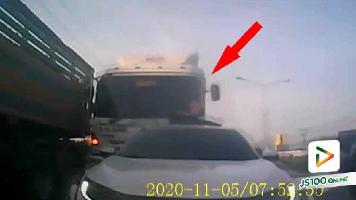 รถบรรทุกเบรคแตก ชนดะรถยนต์ที่จอดติดไฟแดง พังเสียหายรวม 8 คันรวด  (04/11/2020)