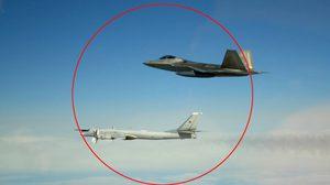 อีกแล้ว! สหรัฐส่ง F-22 บินสกัดเครื่องบินทิ้งระเบิดรัสเซีย หลังโผล่เหนืออะแลสกา