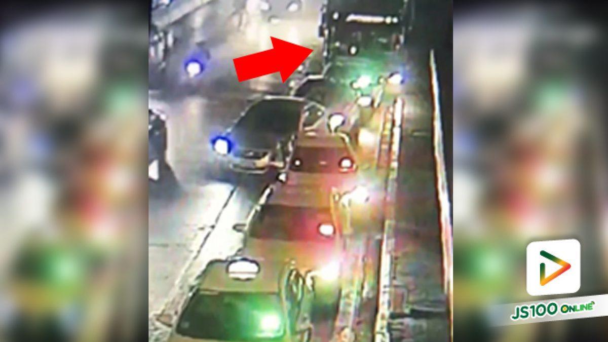 คนขับรถบัสเมาหนัก!! ชนรถประจำทางแล้วหนีไม่พอ ยังเสยท้ายรถจอดหน้าห้าง 7 คันรวด (01/01/2020)