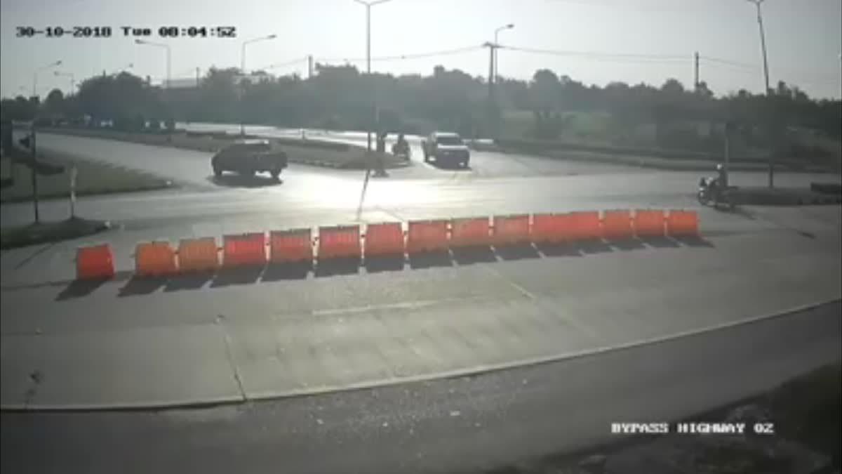 คลิปเตือนภัย!! แยกวัดใจ ถ.มิตรภาพ กระบะเฉี่ยวชนรถ จยย.