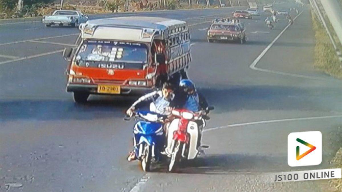 คลิปนาทีจยย.นักเรียนชายโดนจยย.อีกคันเลี้ยวตัดหน้า ถูกสองแถวเหยียบซ้ำ (06-03-61)