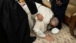 'โป๊ป' ก้มจูบเท้า 'คู่ขัดแย้งซูดานใต้' ร้องขอให้สงบศึก