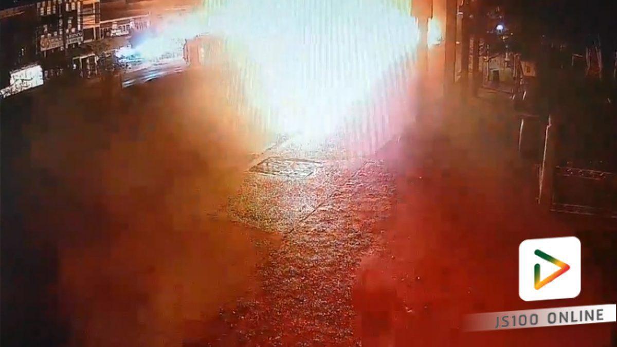 รถบรรทุกน้ำมันพลิกตะแคง...เพลิงลุกท่วม! จนท.ต้องปิดการจราจรกว่า 10 ชม.เพื่อเคลื่ออนย้าย (16-02-61)