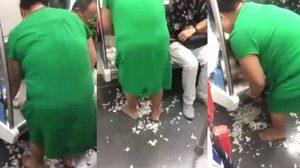 ที่จีนอีกแล้ว!! มนุษย์ป้ามหาภัย ยืนปลอกกระเทียมบน รถไฟใต้ดิน หน้าตาเฉย