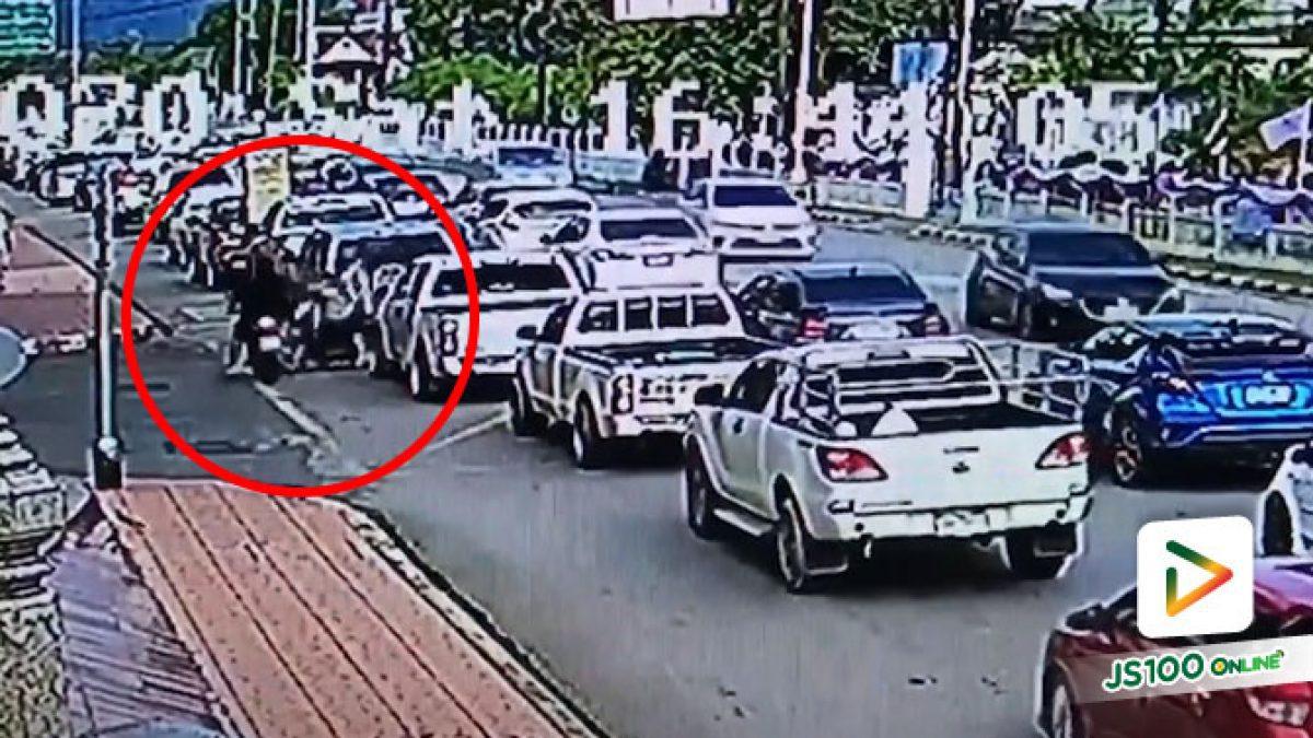 รถจยย.ประมาททั้งคู่ ส่วนรถยนต์ก็ผิดจอดทับเส้นเหลือง..