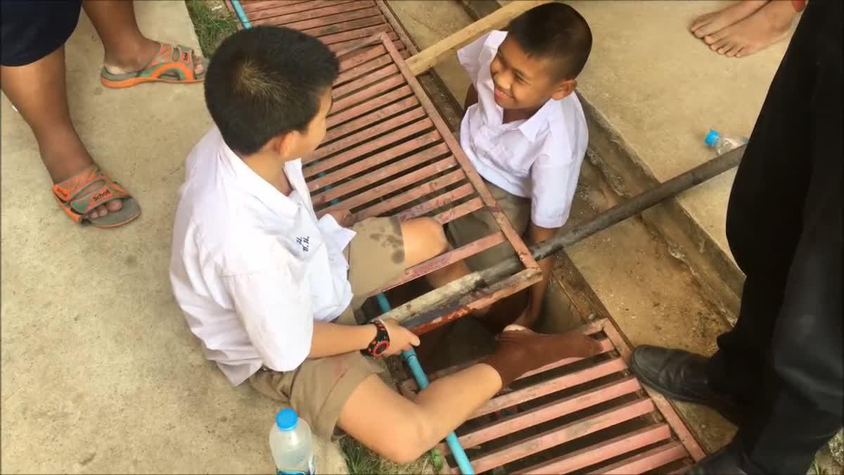 ผู้ปกครองโวย หลังเด็กตกร่องฝาท่อระบายน้ำ ครูลั่น! จุดที่เกิดเหตุไม่มีงบซ่อมแซม