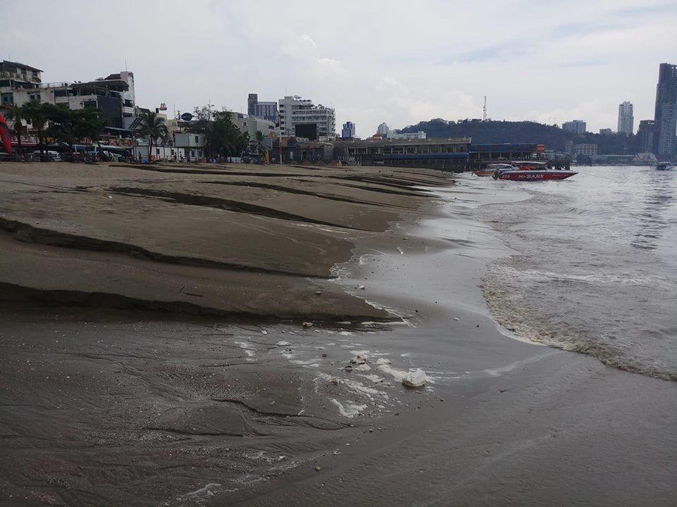 เสียดาย!! ภาพหาดพัทยาพังยับ หลังฝนกระหน่ำหนัก กัดเซาะเป็นร่องลึก