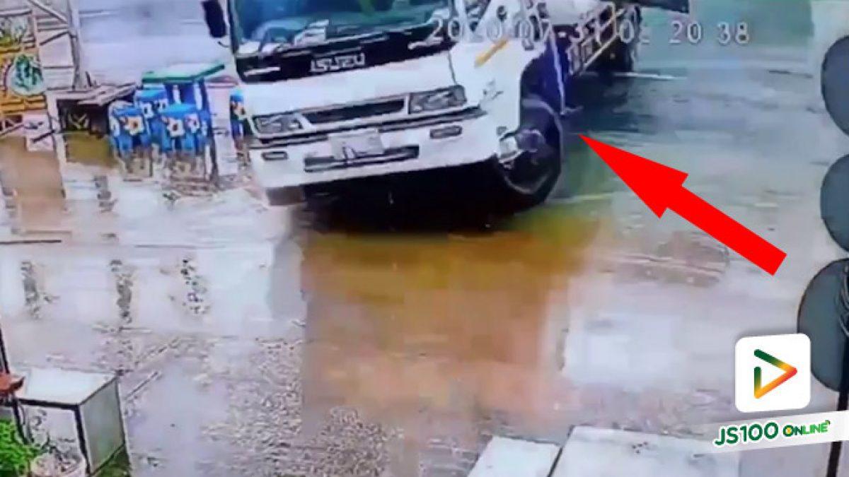 ฝนตกถนนลื่น! รถบรรทุกพุ่งกวาดร้านขายหมูปิ้ง เจ้าของร้านรอดหวุดหวิด