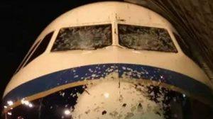 ภาพเครื่องบินจีน เต็มไปด้วยบาดแผล หลังบินฝ่าพายุลูกเห็บ