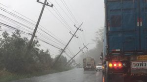 พายุถล่มเมืองโคราช ทำเสาไฟฟ้าล้มปิดเส้นทางถนนสาย 304