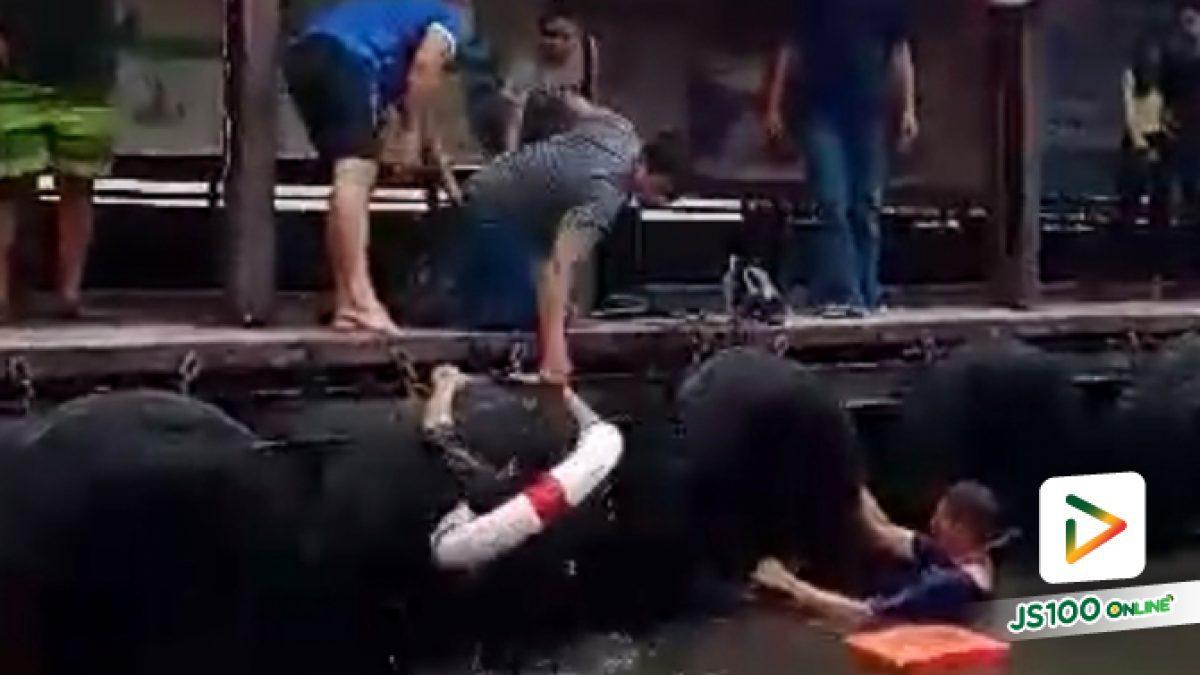ผู้โดยสารต่างชาติก้าวพลาด พลัดตกจากท่าเรือคลองตัน ในคลองแสนแสบ พลเมืองดีรีบช่วยทันที