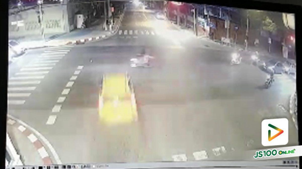 อุบัติเหตุรถเก๋งฝ่าไฟแดงพุ่งชนรถ จยย.และเสาไฟฟ้า สี่แยกการเรือน ถนนราชวิถี กทม. (27-9-61)