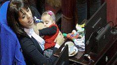 ดราม่า! ยอดคุณแม่ ส.ส. อาร์เจนติน่า งานราษฎร์ควบงานหลวง ให้นมลูก น้อยกลางสภา