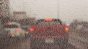 7 ข้อควรรู้ ในการเปิดสัญญาณไฟที่ถูกต้องขณะฝนตก ไม่ควรเปิดไฟฉุกเฉิน!