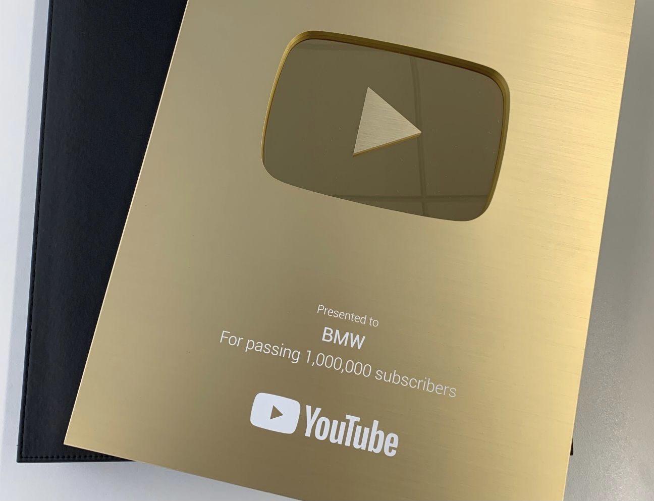แตะหลักล้านไม่ใช่เรื่องง่ายๆ! YouTube มอบรางวัล Golden Button Award ให้ช่องยูทูปของ BMW ซึ่งล่าสุดมีผู้ติดตามถึง 1.14 ล้านบัญชีเข้าไปแล้ว