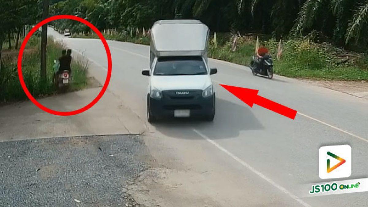 เลี้ยวมาได้ไม่ดูรถทางหลักเลย หักหลบพุ่งตกข้างทางไปซิ (26/12/2020)
