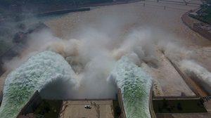 ภาพตื่นตา!! มวลน้ำมหาศาลพุ่งทะลักจากเขื่อนในจีน  ไล่ตะกอนในแม่น้ำเหลือง