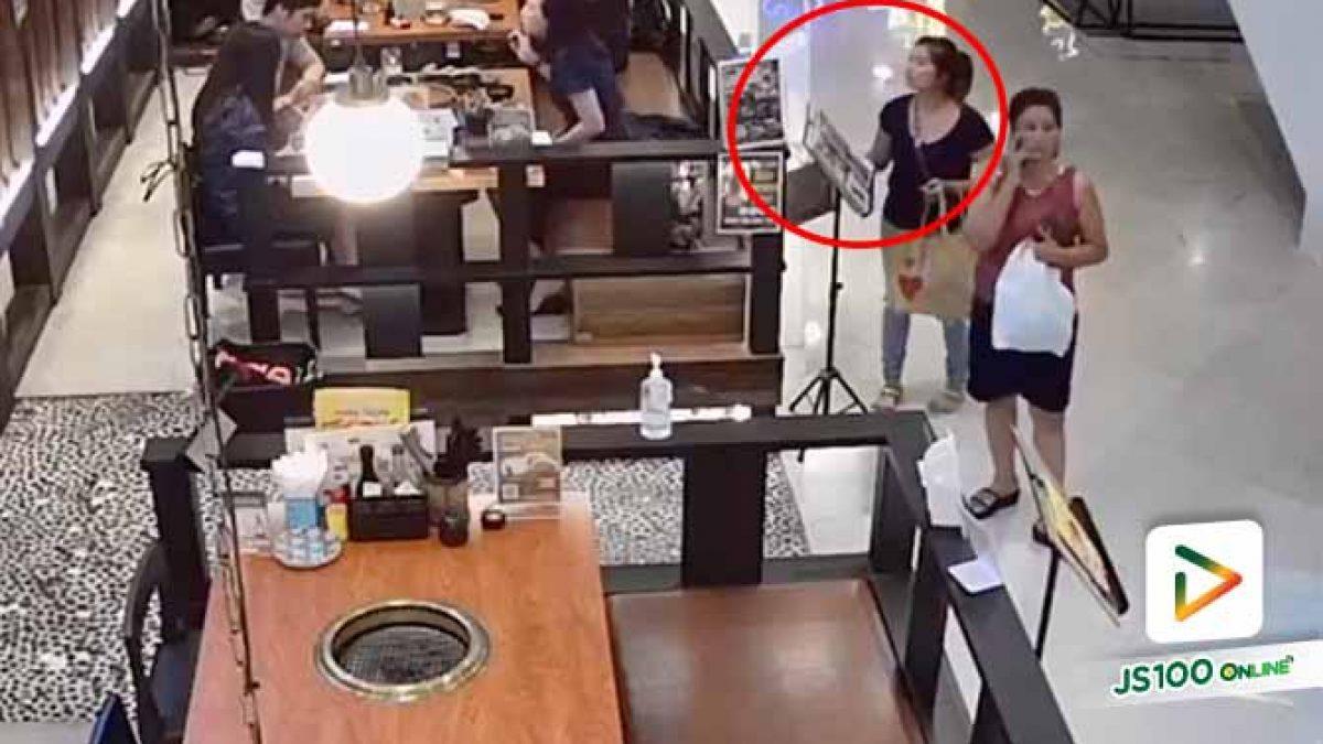 รวบแล้ว!! 2 สาวแสบ ขโมยกระเป๋าหญิงสาวที่นั่งอยู่ร้านอาหารภายในห้างสรรพสินค้า ก่อนหลบหนีไป