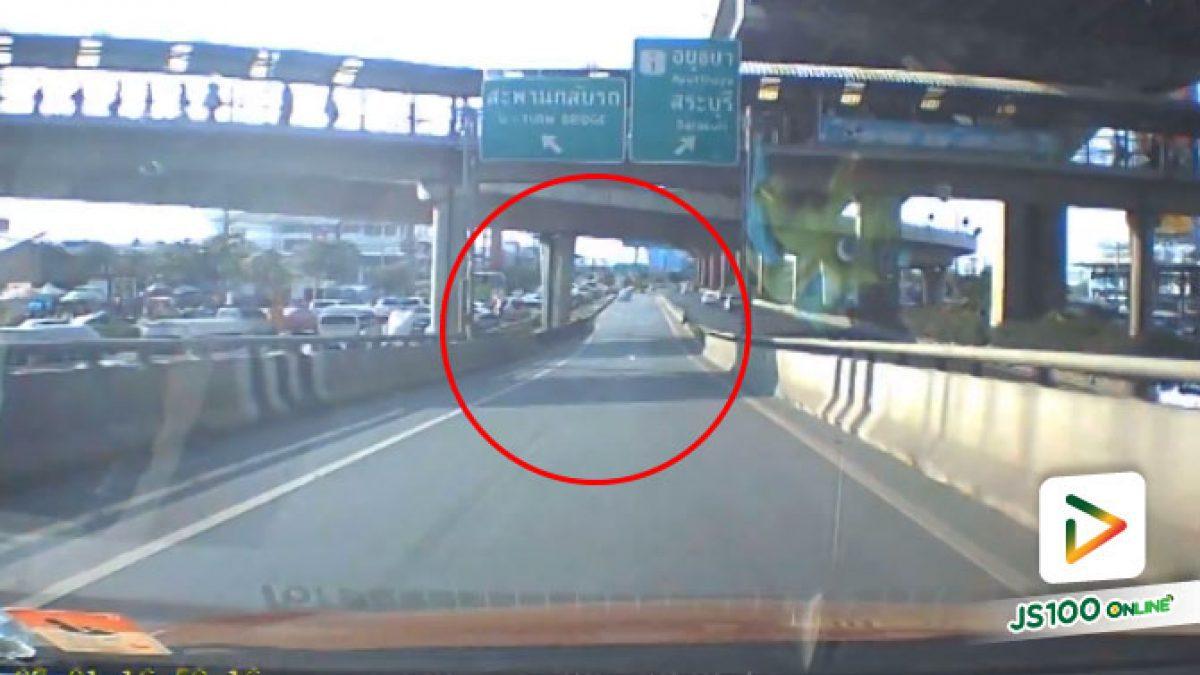 คลิปนาทีเก๋งตัดเลนเข้าเลนใน จนรถทางตรงลงสะพานมาเบรคเกือบไม่ทัน (04-07-61)