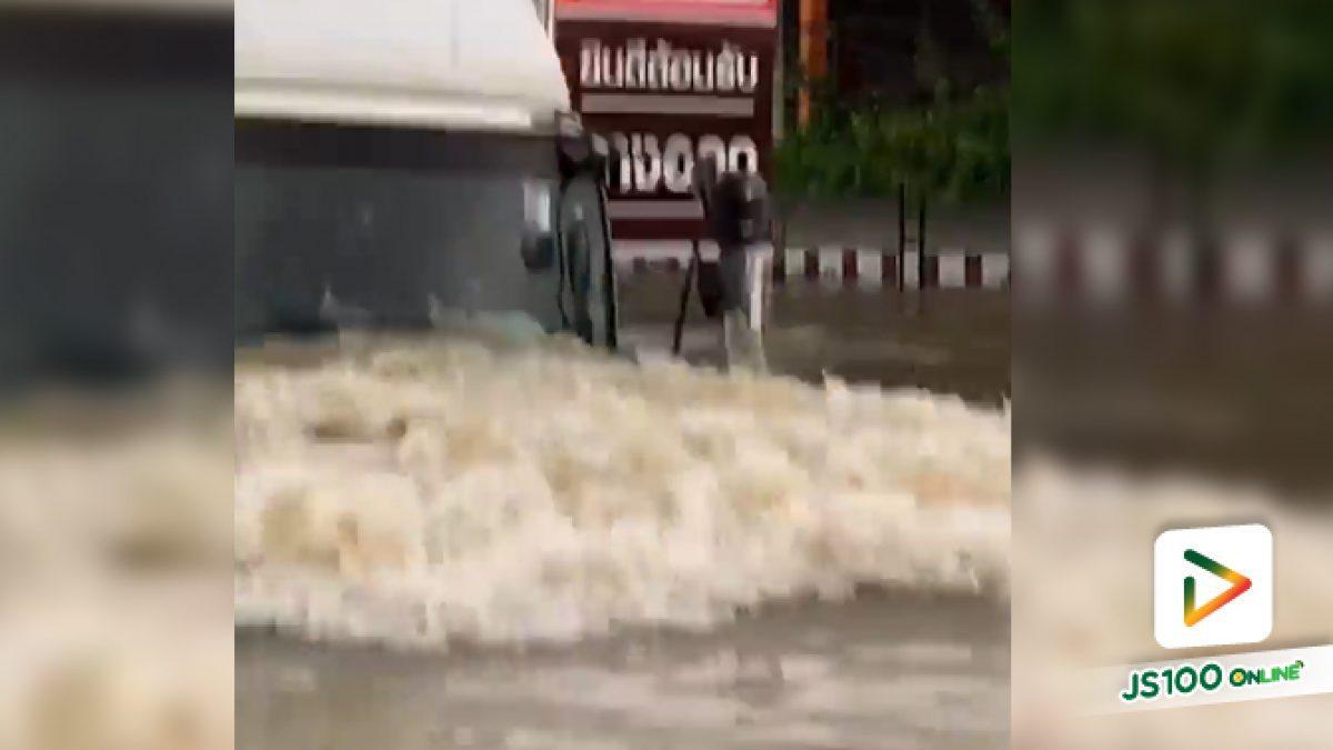 เร็ว.. แรง.. รถบรรทุกขับลุยน้ำกลางเมืองอุบลฯ น้ำสูงถึงกระจกหน้าก็ยังไม่กลัว
