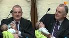 ประธานสภานิวซีแลนด์ ป้อนนมลูกเพื่อนสมาชิก ขณะปฏิบัติหน้าที่