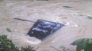 ภาพระทึก! นาทีรถกระบะถูกน้ำซัดจมหาย ขณะข้ามสันฝาย ที่สุราษฎร์ฯ
