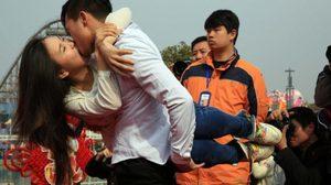 เก็บตก วาเลนไทน์ 50 คู่รักชาวจีน จูบมาราธอน ชิส์ ขอให้ปากเปื่อย