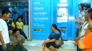 ทหารเข้าจัดระเบียบผู้ค้าสลากฯเฝ้าตู้ ATM หลังเกิดศึกปะทะคารม