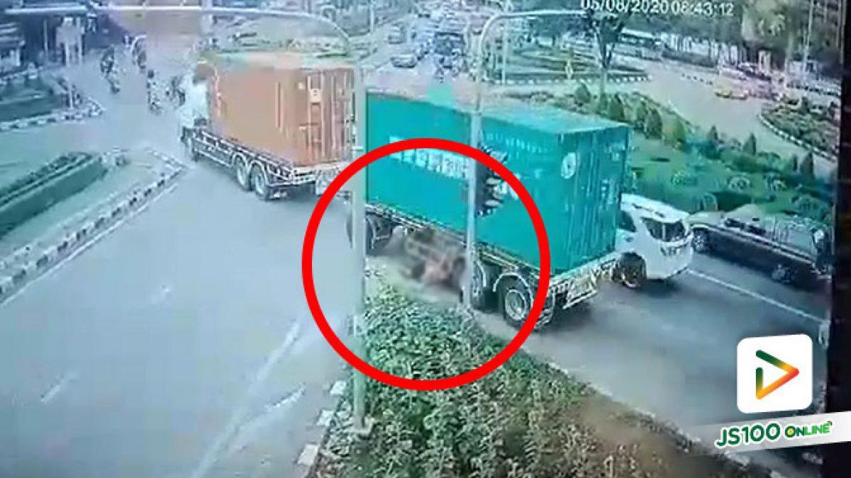 จยย.ขี่ตีคู่รถพ่วง ถูกเกี่ยวล้มล้อรถทับเสียชีวิต (05/08/2020)