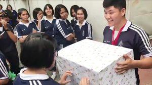 เพื่อนกรี๊ดสนั่น หนุ่มนักเรียนหอบของขวัญเซอร์ไพรส์แฟนตุ้ยนุ้ย น่ารักมาก