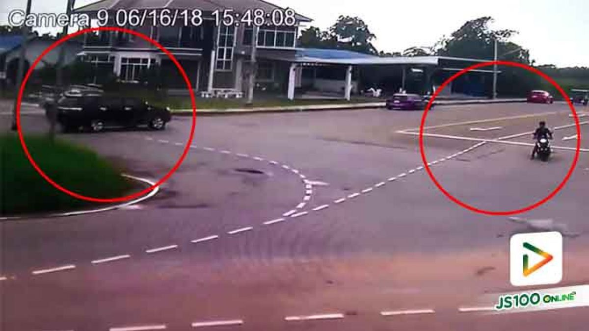 คลิปอุบัติเหตุกระบะชนกันจนเสียหลักพลิกตะแคง หนุ่มขับจยย.เห็นเหตุการณ์วิ่งปรี่เข้าช่วย (20-06-61)