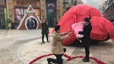 หนุ่มจีนคุกเข่าขอแฟนสาวแต่งงาน โดยมี หินอุกกาบาต หนัก 33 ตัน เป็นพยานรัก