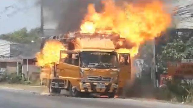 นาทีระทึก! ไฟไหม้รถตีเส้นจราจรขณะกลับจากภารกิจ โชคดีไร้เจ็บ