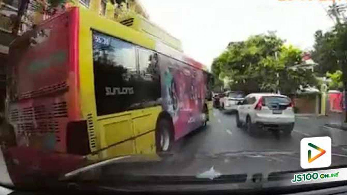 เป็นรถประจำทางก็ต้องวิ่งซ้าย แต่คันนี้ไม่รู้เป็นอะไรขับเปลี่ยนเลนไปมาจนน่าเวียนหัว (26/09/2019)