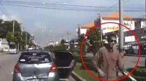 หนุ่มเลือดร้อน คว้าไม้เบสบอลทุบรถคู่กรณี ฉุน!เฉี่ยวชนกันบนถนน