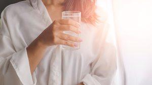 12 ประโยชน์ของการดื่มน้ำเปล่า หลังจากตื่นนอนทุกเช้า!!