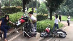 หัวร้อนอะไรเบอร์นั้น!! หนุ่มขาซิ่งโดนตำรวจแจกใบสั่ง เลยโชว์พลังทำลาย มอเตอร์ไซค์ มันซะเลย