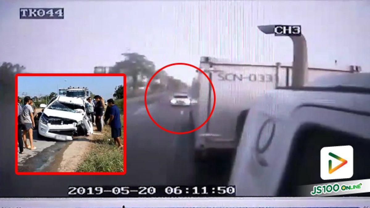 คลิปนาทีกระบะพุ่งชนท้ายรถบรรทุกเต็มๆ ที่บริเวณทางเข้าวิทยาลัยการอาชีพไทรน้อย จ.นนทบุรี (21-05-62)