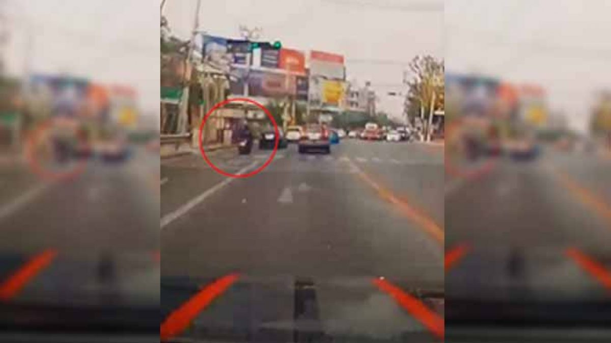 คลิปยืนยัน ทำเงินกว่า 300,000 บาท หล่นเป็นปึกๆบนถนน ล่าสุดพลเมืองดีเก็บได้แจ้ง จส.100 นัดส่งคืนแล้ว (17/03/2020)