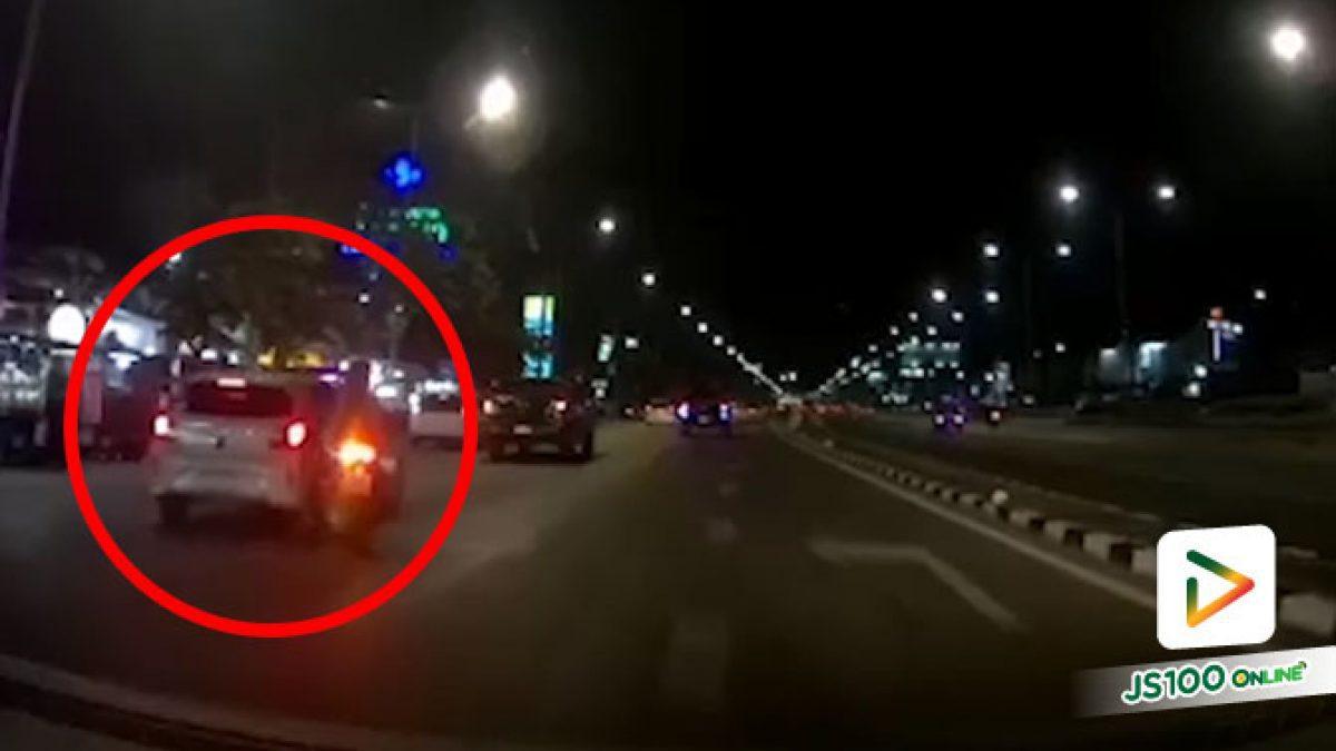 อันตรายเก๋งไม่มีไฟหน้ารถ จยย.เปลี่ยนเลนเฉี่ยวชนดีประคองรถไว้ได้