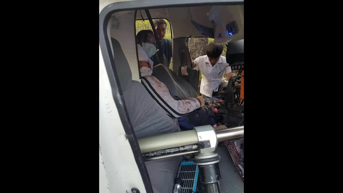 หมอกลงจัด!! รถโรงพยาบาลอมก๋อยพุ่งชนต้นไม้ พยาบาล-ญาติผู้ป่วยดับ