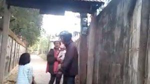เศร้า! เด็กหญิงวิ่งช่วยเหลือพ่อ หลังถูกคนทำร้าย