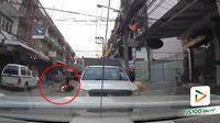 จยย.ขี่ย้อนศรแซงรถยนต์ที่จอดติดในซอย พุ่งชนคนข้ามอย่างแรง