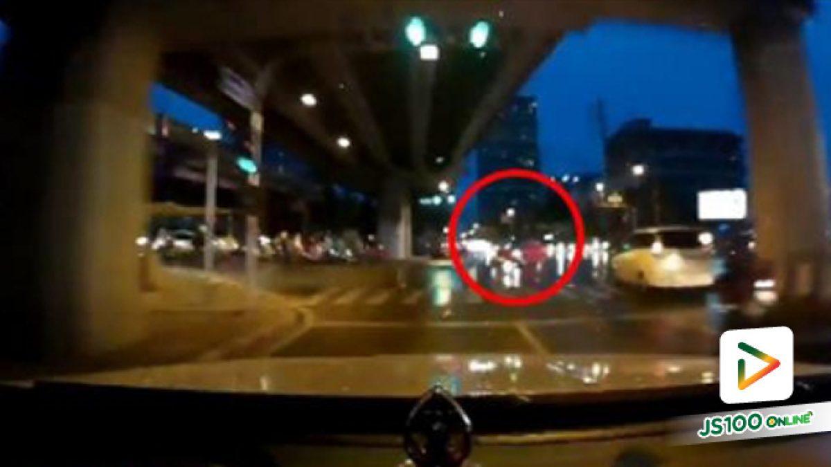 คลิปรถเก๋งขับรถฝ่าไฟแดง หากเบรคไม่ทันอาจเกิดอุบัติเหตุได้ (12-11-61)